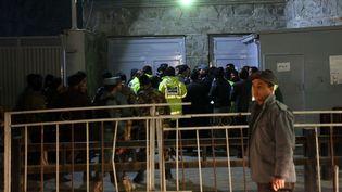 Les forces de sécurité se rassemblent devant la porte principale du Centre culturel français à Kaboul (Afghanistan)attaqué par un kamikaze le 11 décembre 2014 (MASSOUD HOSSAINI  / AP / SIPA )