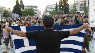 Une manifestation de la gauche radicale à Athènes (Grèce), le 13 juillet 2015, pour protester contre le nouvel accord arraché à Bruxelles dans la matinée. (WASSILIOS ASWESTOPOULOS / NURPHOTO / AFP)
