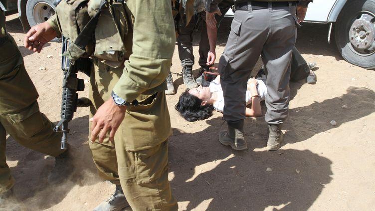 La diplomate française MarionFesneau-Castaing, lors d'une altercation avec des militaires israéliens, le 20 septembre 2013 en Cisjordanie. ( AFP )