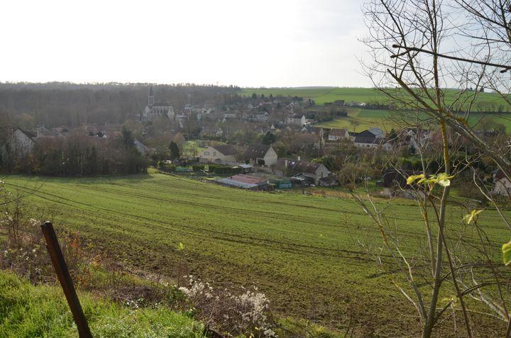 La partie basse du village, Thiverval, avec son église classée aux Monuments historiques, adossée au parc du château de Grignon. (YANN THOMPSON / FRANCETV INFO)