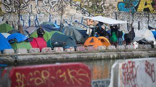 Le camp de migrants installé le long du canal Saint-Martin, à Paris, le 21 février 2018. (JOEL SAGET / AFP)