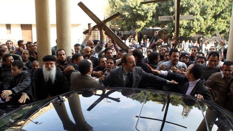 Des coptes manifestent leur colère au ministre des affaire religieuses devant la cathédrale du Caire- 02/01/11 (AFP Khaled Desouki)