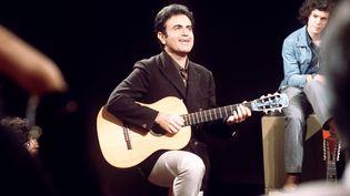 """Guy Béart en juin 1970 au cours de l'enregistrement de son émission de télévision """"Bienvenue"""". (AFP)"""
