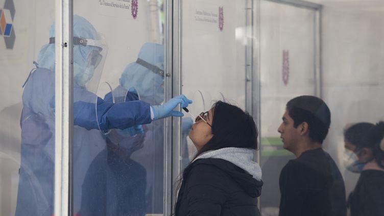 Une campagne de tests à l'Institut polytechnique national de Mexico (Mexique), le 17 juin 2020. (CRISTIAN LEYVA / NURPHOTO / AFP)