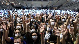 """Le public masqué mais euphorique à l'AccorHotels Arena de Bercy pour le """"concert test"""" d'Indochine, organisé avec l'AP-HP, le 29 mai 2021. (CLAIRE LEYS / RADIO FRANCE)"""