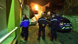 Des gendarmes participent à l'interpellation du père et de l'oncle de Tizio, le 6 janvier 2018, dans l'Aude. (MAXPPP)