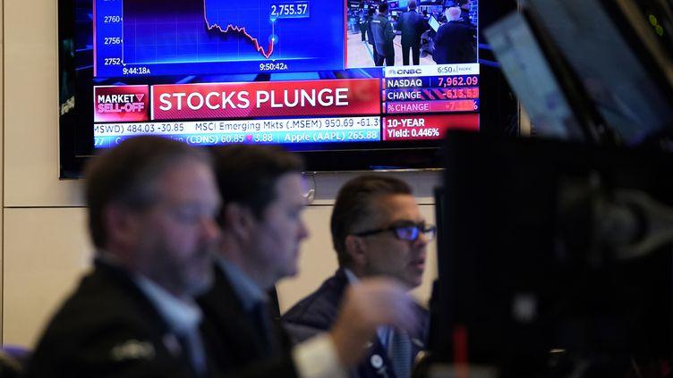 Des traders à l'ouverture de la bourse de Wall Street, à New York, le 9 mars 2020. (TIMOTHY A. CLARY / AFP)