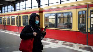 Une habitante avec un masque de protection, le 23 mars 2020, à Berlin. (ODD ANDERSEN / AFP)