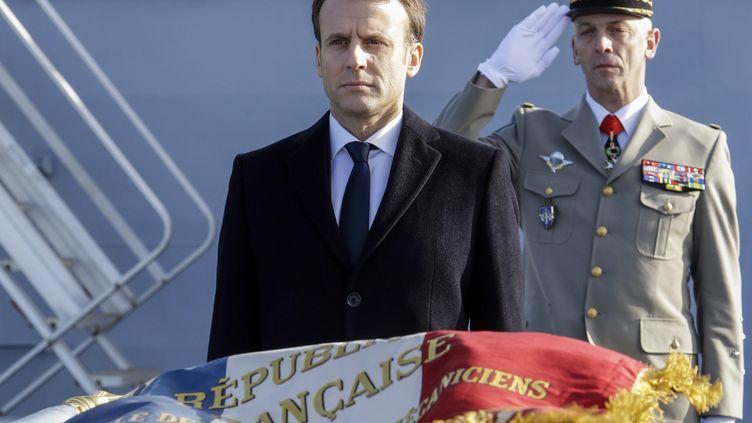 """Emmanuel Macron participe à une revue des troupes, le 19 janvier 2018, à bord du navire militaire français """"Dixmude"""", à Toulon (Var). (CLAUDE PARIS / AFP)"""