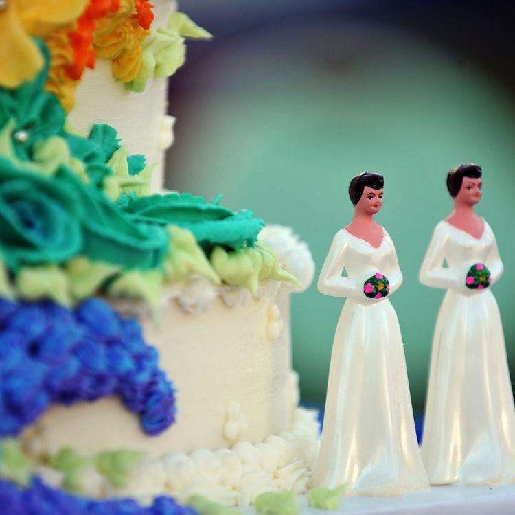 Un gateau de mariage orné de statuettes représentant deux femmes, en Californie. (GABRIEL BOUYS / AFP)