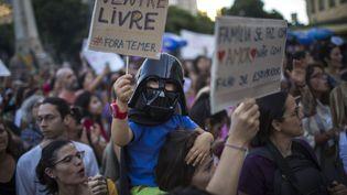 Manifestation à Rio de Janeiro (Brésil), le 13 novembre 2017, pour le maintien du droit à l'avortement. (MAURO PIMENTEL / AFP)