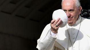 Le pape François arrive sur la place Saint-Pierre, le 6 avril 2016, au Vatican. (TIZIANA FABI / AFP)