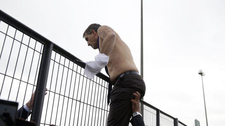 L'image du DRH d'Air France, chemise arrachée, tentant d'échapper aux salariés en colère, avait fait le tour du monde. (KENZO TRIBOUILLARD / AFP)