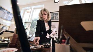 """Maryse Wolinski, le 25 septembre 2015 dans le bureau de son défunt mari, le dessinateur Geaorge Wolinski, tué dans l'attentat contre """"Charlie Hebdo"""", huit mois plus tôt. (PASCAL LACHENAUD / AFP)"""
