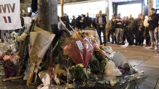 Des fleurs ont été déposées, le 21 avril 2017, en hommage au policier tué sur les Champs-Elysées à Paris. (SAMUEL BOIVIN / CITIZENSIDE)