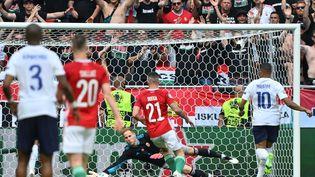 Le gardien de l'équipe de Hongrie,Peter Gulacsi, se détend après une frappe de Karim Benzema, le 19 juin 2021 à Budapest. (TIBOR ILLYES / POOL)