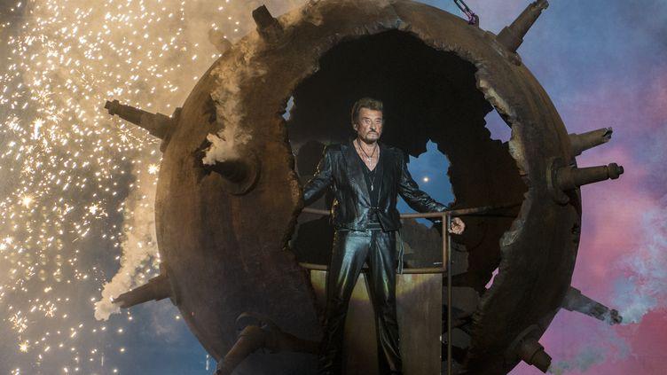 Johnny Hallyday fait son entrée sur scène lors d'un concert à Montréal en octobre 2012 dans une boule de métal (ROGERIO BARBOSA / AFP)