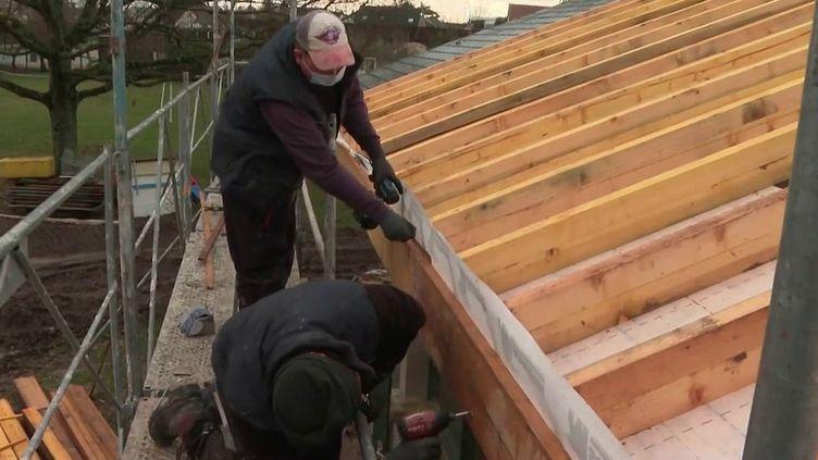 Emploi : les couvreurs et charpentiers en manque de candidats (France 2)