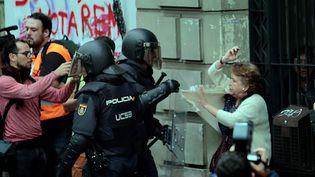 Les manifestants tentaient de protéger les bureaux de vote pour le référendum catalan lorsque la police espagnole y a pénétré de force pour saisir des urnes et le matériel de vote, le 1er octobre 2017. (ENRIQUE CALVO / REUTERS)