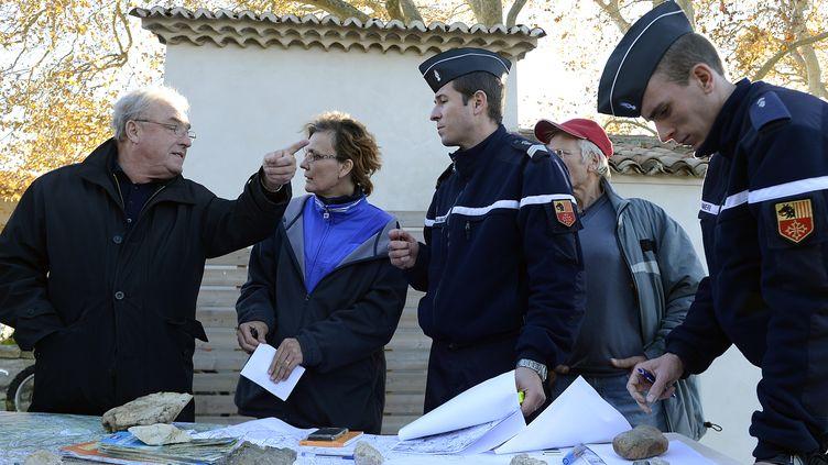 Gendarmes et volontaires s'activent pour retrouver Chloé, une adolescente de 15 ans disparue à Barjac (Gard), depuis le 9 novembre 2012. (BORIS HORVAT / AFP)