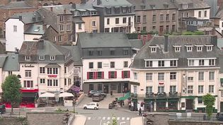 Les vacances d'été débutent dans trois semaines. La Belgique, elle, tend les bras aux touristes dès lundi 15 juin, jour de réouverture des frontières. Dans la commune belge de Bouillon, les professionnels trépignent d'impatience. (FRANCE 3)