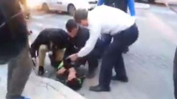 Capture d'écran d'une vidéo montrant le maire de Jérusalempermettant l'arrestation d'un Palestinien, dimanche 22 février 2015. (HAARETZ / YOU TUBE)