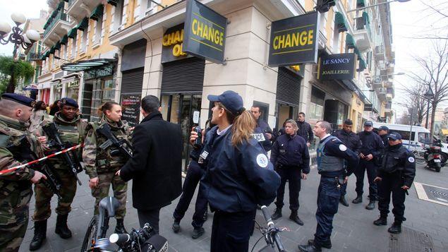 (Les militaires ont été pris en charge par les services de secours sur le lieu de l'agression, avenue Jean Medecin, à côté de la place Massena © Maxppp)