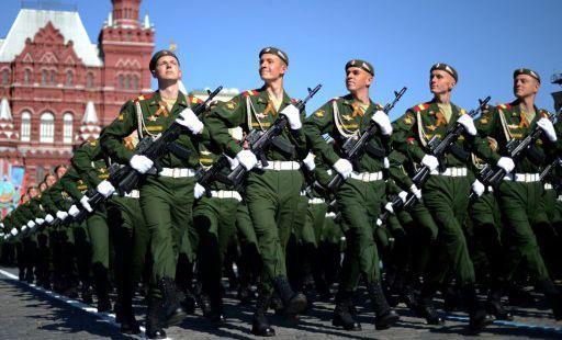 Des soldats russes marchant sur la place Rouge à Moscou à l'occasion de l'anniversaire de la fin de la Seconde guerre mondiale. (AFP - Kirill Kudryavtsev)