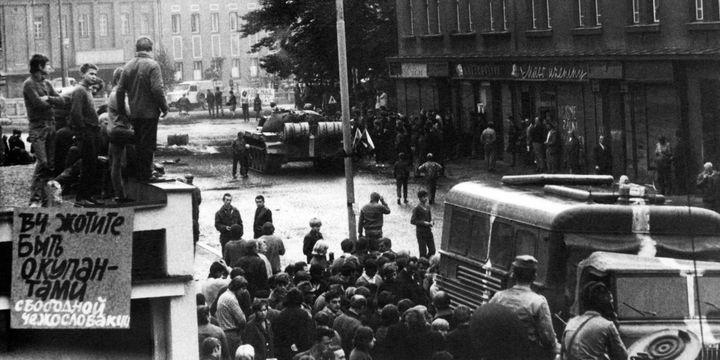 En août 1968, les Praguois se rassemblent dans la rue alors que les chars du Pacte de Varsovie envahissent la Tchécoslovaquie.  (AFP)