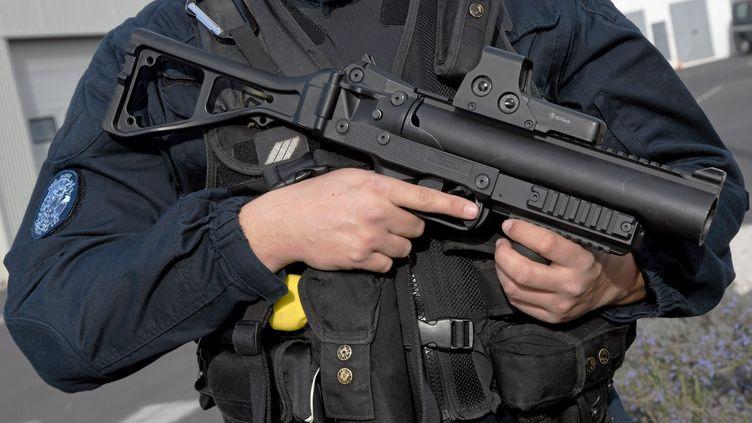 Un lanceur de balles de défense tenu par un gendarme de l'Hérault, le 7 mars 2019. (MAXPPP)