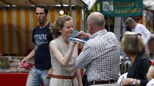 Un passant prend à partieNathalie Kosciusko-Morizet, le 15 juin 2017, sur un marché du 5e arrondissement de Paris. (GEOFFROY VAN DER HASSELT / AFP)