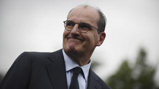 Le Premier ministreJean Castex lors de sapremière visite dans une entreprise de l'Essonne fabriquant des composants électroniques au Coudray-Montceaux. (JULIEN DE ROSA / EPA)