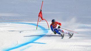 Alexis Pinturault participe au slalom géant de ski alpin, le 18 février 2018 à Pyeongchang (Corée du Sud). (DIMITAR DILKOFF / AFP)