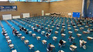 Salle d'examen pour le concours de première année commune aux études de santé à Reims en temps de pandémie de coronavirus, le 22 juin 2020. (STÉPHANE MAGGIOLINI / FRANCE-BLEU CHAMPAGNE)