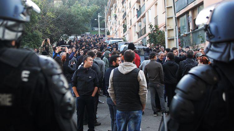 Des policiers surveillent le quartier des Jardins de l'Empereur, à Ajaccio, le 26 décembre 2015, alors qu'une salle de prière musulmane a été vandalisée la veille par des manifestants. (YANNICK GRAZIANI / AFP)