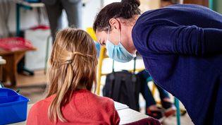 Une enseignante avec l'une de ses élèves en mai 2020, à Perpignan. (ARNAUD LE VU / HANS LUCAS)
