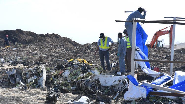 Des hommes se trouvent près de l'épave de l'avion qui s'est crashé le 10 mars dernier en Ethiopie. (STRINGER / EPA)