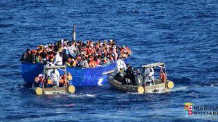 Un bateau transportant des migrants intercepté par la marine italienne au large de la Sicile, le 19 juillet 2016, dans une photo prise et diffusée par la marine italienne. (REUTERS)