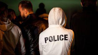 Un policier devant l'hôpital Saint-Louis, à Paris, où l'un de ses collègues est soigné aprèsl'attaque au cocktail Molotov de Viry-Châtillon (Essonne). (CITIZENSIDE/PAUL ROQUECAVE / CITIZENSIDE)