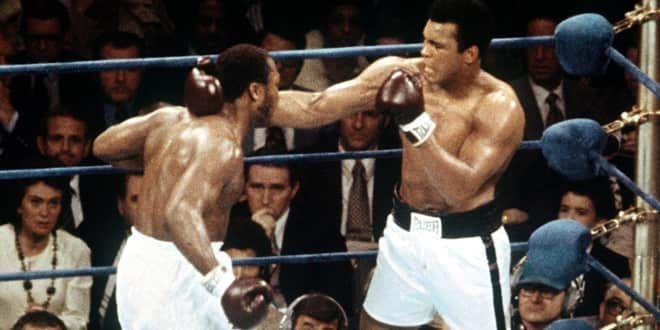 Joe Frazier fait face à Mohamed Ali