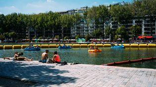 La canicule règne au bassin de la Villette, à Paris, où Paris-Plages est installé jusqu'au 2 septembre 2018. (MARIE MAGNIN / HANS LUCAS / AFP)