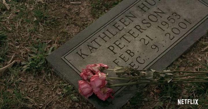 La tombe de Kathleen Peterson, morte dans des conditions suspectes en bas de son escalier  (Netflix)