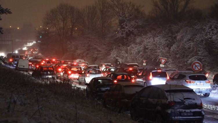 Des centaines d'automobilistes sont bloqués sur la nationale 118 à hauteur de Vélizy-Villacoublay, le 6 février 2018. (MAXPPP)