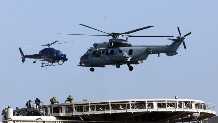 """Des hélicoptères survolant Bercy pour letournage de """"Mission: Impossible 6"""", le 8 avril 2017. (MEHDI TAAMALLAH / AFP)"""