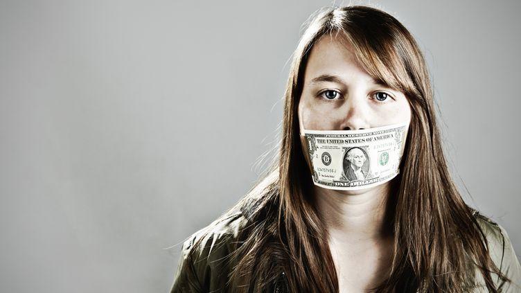 L'idée répandue selon laquelle l'argent est un sujet tabou en France n'est pas forcément fondée, estime la sociologue Jeanne Lazarus. (DON BAYLEY / E+ / GETTY IMAGES)