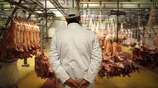 Un boucher au marché deRungis (Val-de-Marne), le 12 décembre 2014. (ELIOT BLONDET / AFP)
