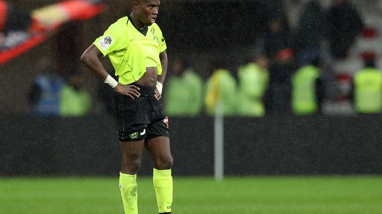Le défenseur Youssouf Koné a la tête basse après la défaite de Lille à Nice le 25 novembre 2018 en Ligue 1 (VALERY HACHE / AFP)