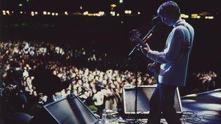 Noel Gallagher d'Oasis au premier des deux concerts de Knebworth, le 10 août 1996. (OASIS KNEBWORTH GIG / JILL FURMANOVSKY ARCHIVE)