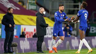 L'attaquant français Olivier Giroud entre sur le terrain à la place du joueur britannique Tammy Abraham lors du match entre Burnley et Chelsea le 31 octobre 2020. (ALEX LIVESEY / AFP)