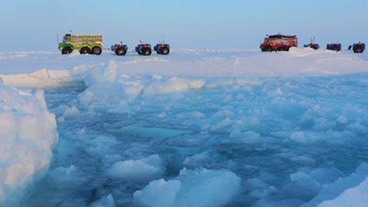 L'expédition russo-canadienne «Marine Ice Automobile»traverse lepôle Nord,de l'archipel russedeSevernaya Zemlya à Resolute Bay, au Canada. Un périple de plus de 4000 km parcouru en 70 jours à une vitesse d'environ 10 km/h, où l'on peut voir la banquise se disloquer. (AFP PHOTO / Affanassi Makovnev)
